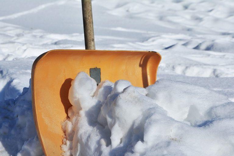 Zimowy niezbędnik w każdym domu – zestaw narzędzi Fiskars do odśnieżania domu