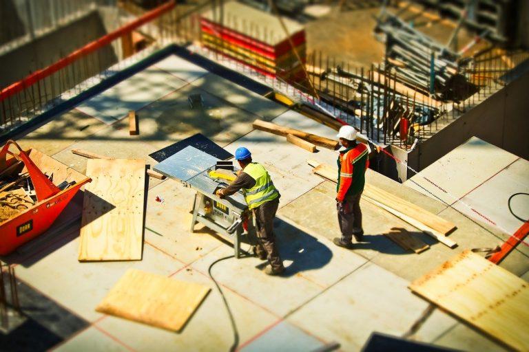 Jak organizować przechowywanie na placu budowy?