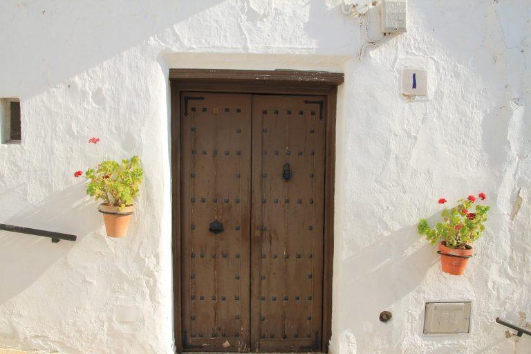 Klasyczny dom w bieli. Jakie wybrać drzwi zewnętrzne?