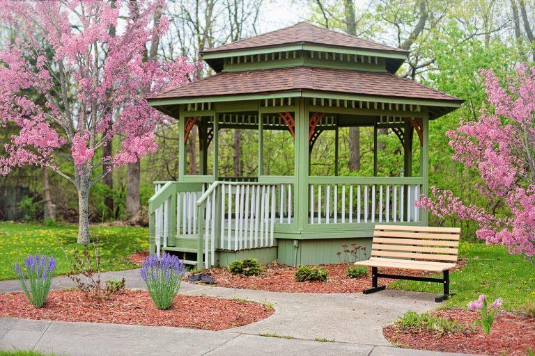 Jak zaaranżować przestrzeń z altaną ogrodową?