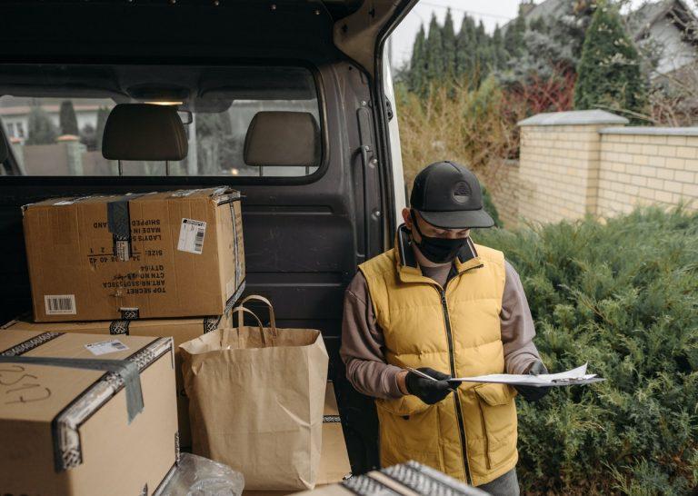 Tanie paczki do Polski z UK: jakich towarów nie wolno wysyłać w przesyłce kurierskiej?