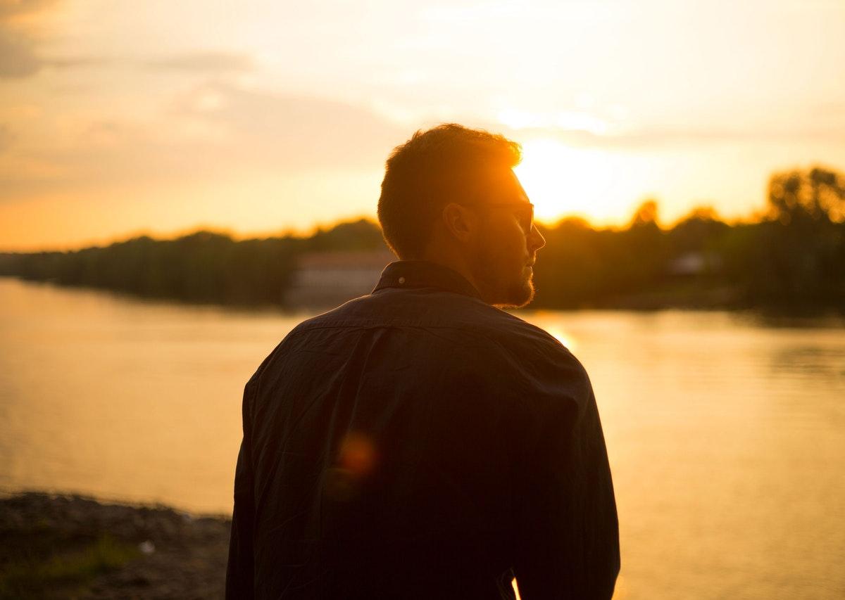 chłopak patrzący na jezioro